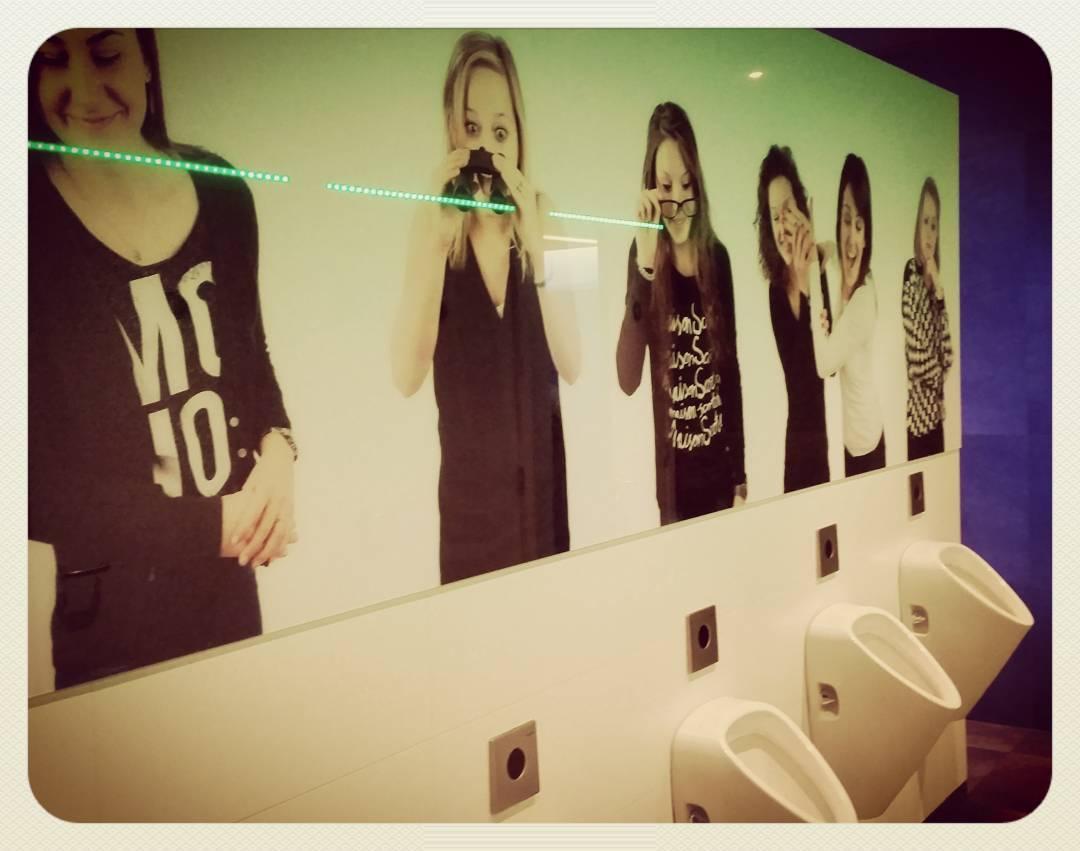 Urinoirs met kijkende dames