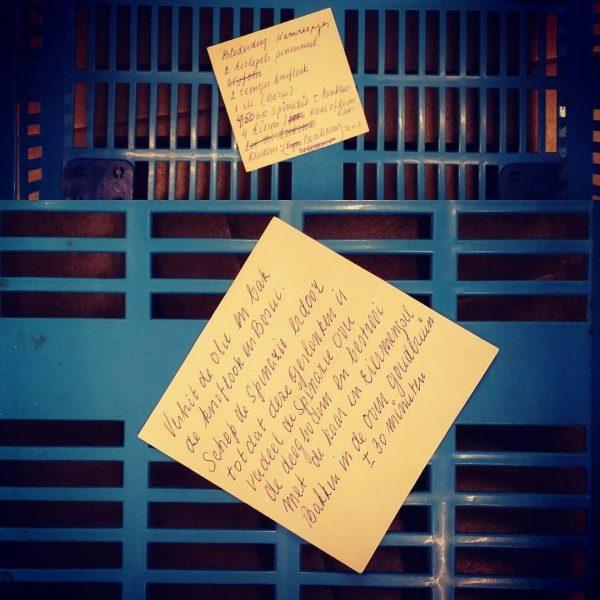 Briefje met recept in mandje supermarkt
