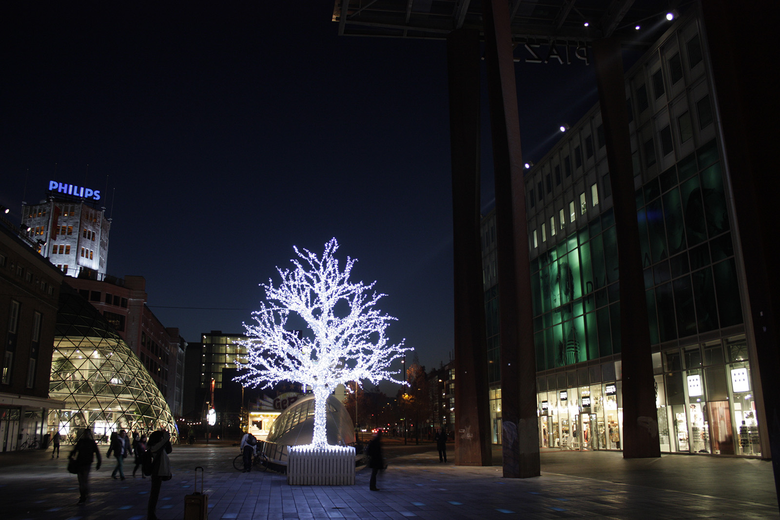 18 Septemberplein Eindhoven - Boom met licht bij Piazza
