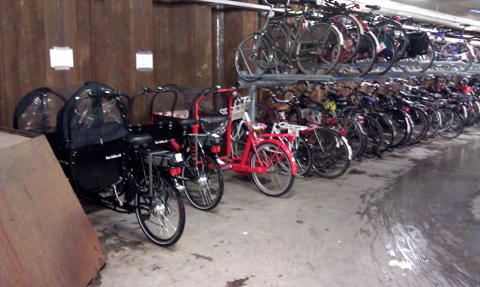 Bakfiets en fiets in fietsenstalling 18-Septemberplein