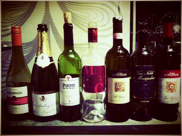 Lege flessen wijn op vensterbank