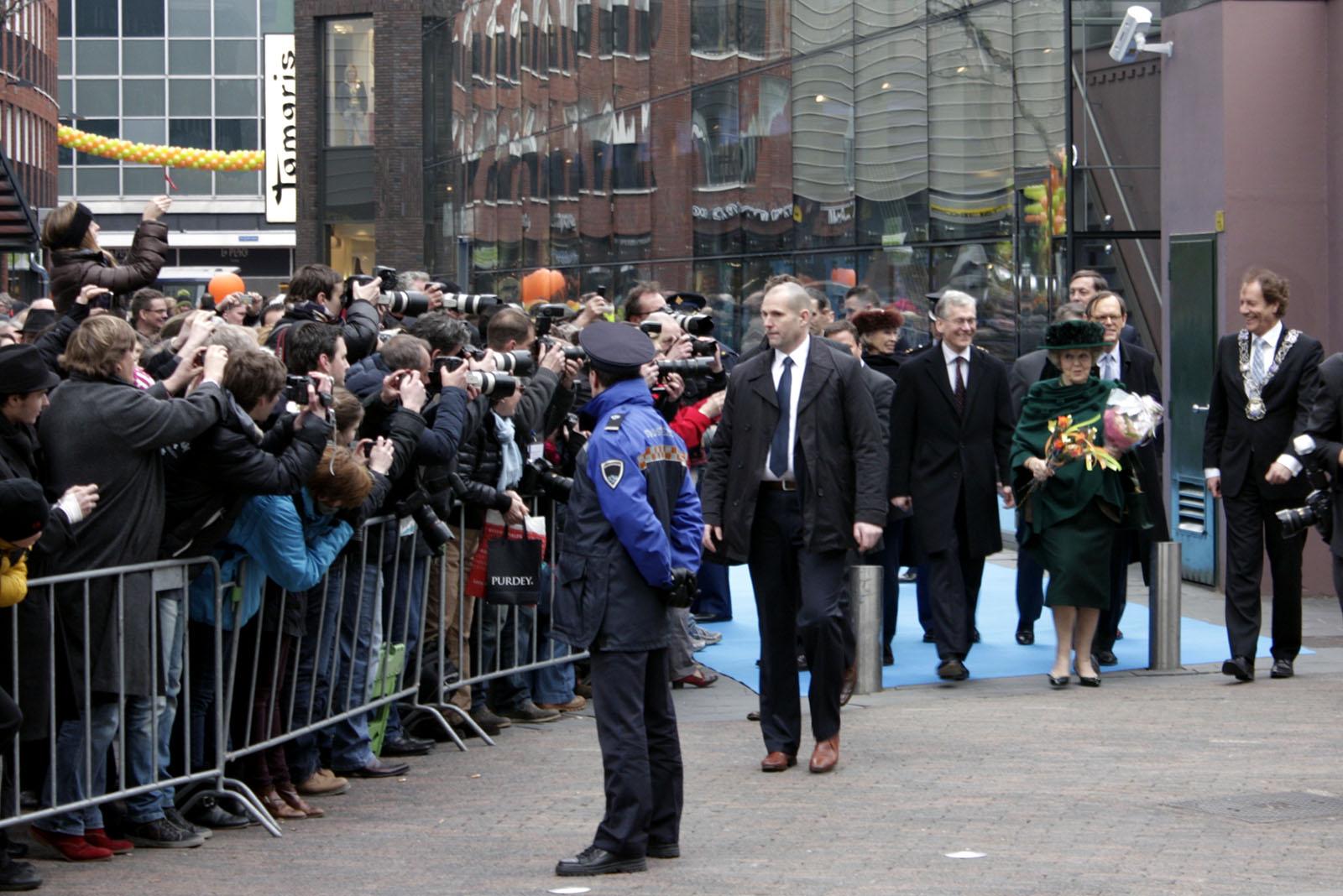Prinses Beatrix verlaat Philips Museum bij opening
