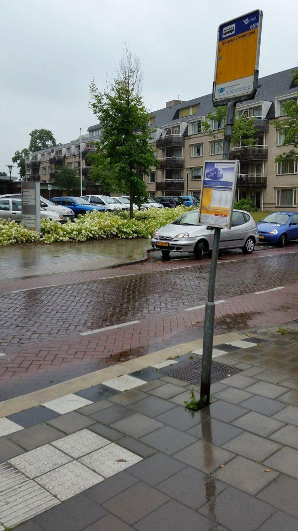 Bushalte Eindhoven in de regen - Synchroonkijken foto opdracht frustratie