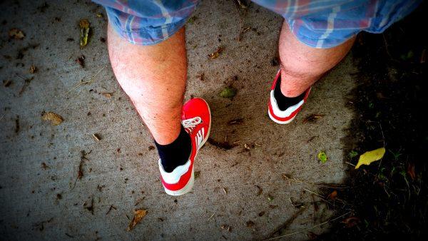 Rode sneakers - synchroonkijken foto opdracht achterkant