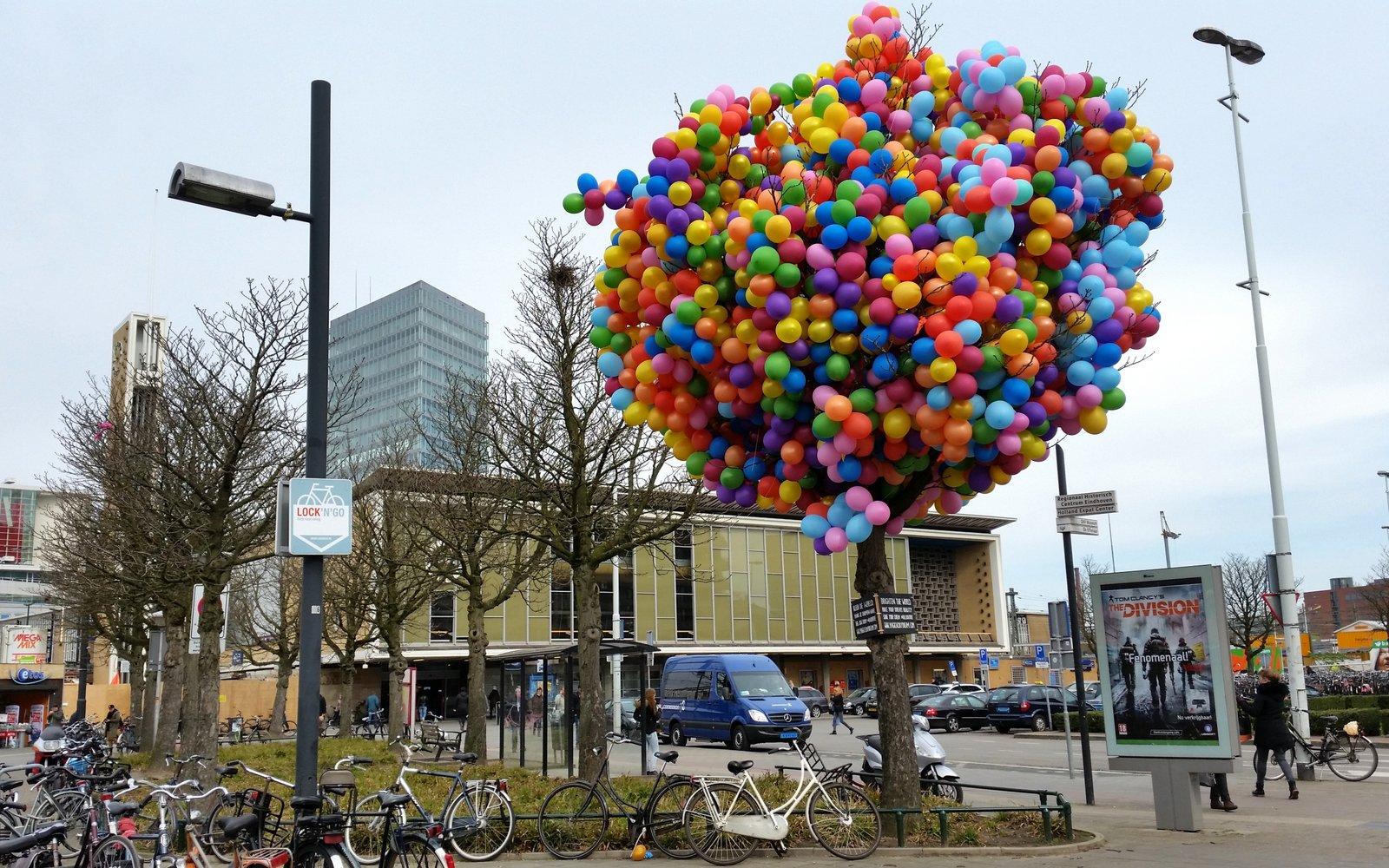 Boom vol ballonnen op stationsplein Eindhoven (2)