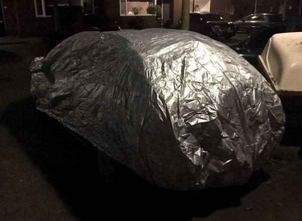 Ingepakte auto tegen ijs op de ruit
