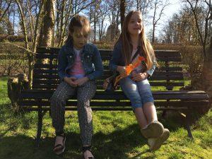 Roos en Saar testen de kip van Kakel Spektakel