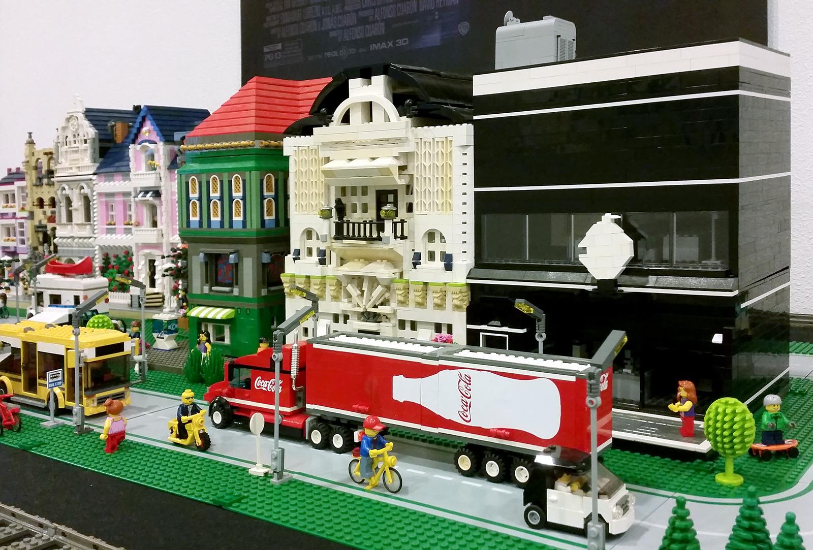 Stadje van LEGO stenen met Apple store en coca cola vrachtwagen