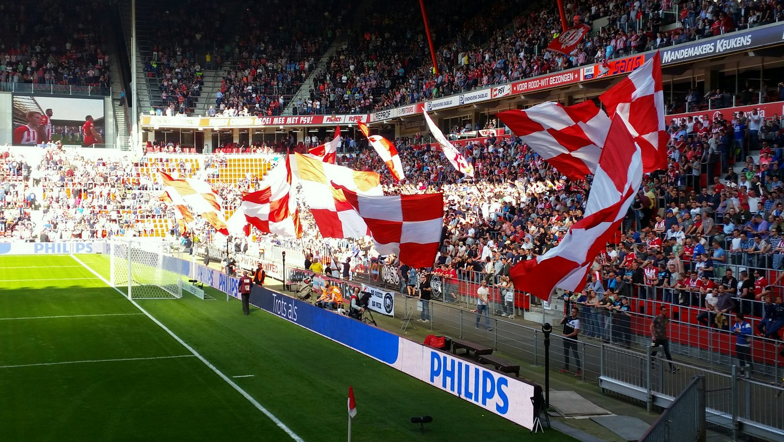 Vlaggen in Philips stadion bij PSV - Willem II